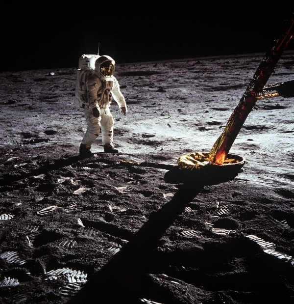 Apollo 11 mission_21 July 1969 - Astronaut walking