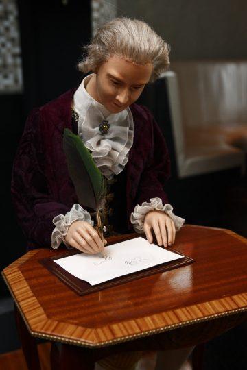 JAQUET DROZ雅克德羅2月17日起到26日在BELLAVITA高登鐘錶推出The Draughtsman『畫家』機器人偶藝術展暨2012全新錶展
