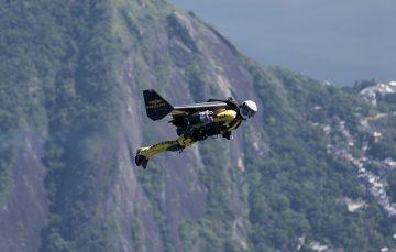"""百年靈「噴射人」""""Jetman"""" Yves Rossy飛越里約熱內盧,震撼天際"""
