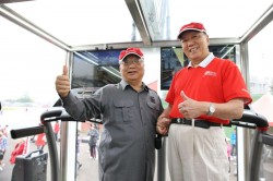 台中市市長胡志強與喬山健康科技董事長羅崑泉合影