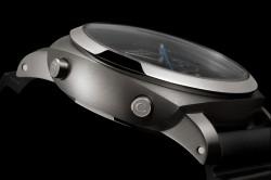 磨砂鈦金屬按鈕上有雋刻圖示,10 點鐘方位按鈕用於控制雙秒針功能,8 點鐘方位按鈕用於計時。