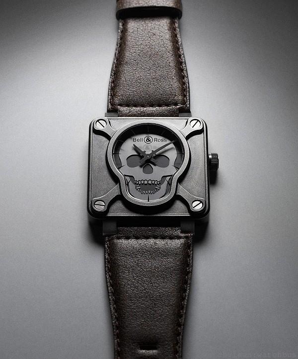 BR 01 Airborne骷顱頭腕錶,自動上鍊機芯,尺寸46毫米,黑鋼噴砂錶殼,夜光指針及骷顱頭標誌,藍寶石水晶玻璃鏡面,防水100米,小牛皮錶帶,全球限量 999只,建議售價:NTD 237,500。