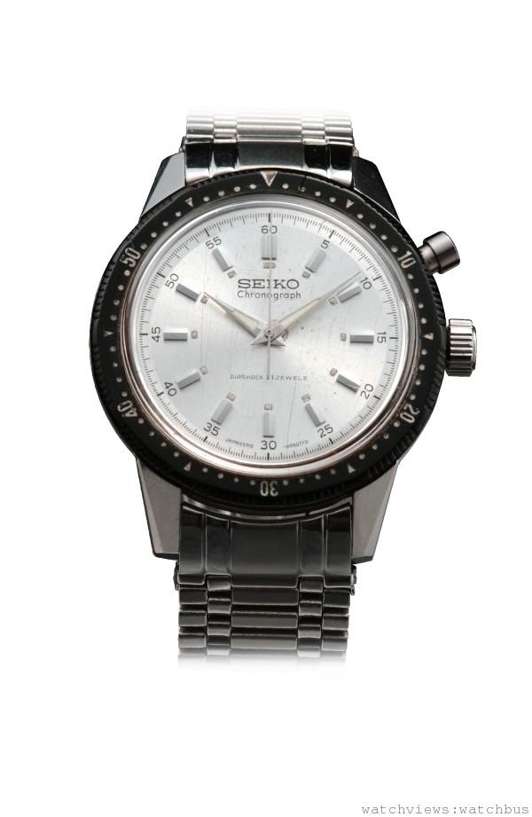 第一只國產計時碼錶「Crown Chronograph」(1964年):1963年SEIKO取得東京奧運的官方計時,並開發出日本第一只計時碼錶。以當時大尺寸、性能穩定的「Crown」機芯為基礎,預定趕在1964年東京奧運開幕前上市。「單按把計時碼錶」的簡明設計(操作按鈕將秒針歸零後即可兼做碼錶使用)。此外,旋轉錶圈上的刻度取代了計分的小面盤。