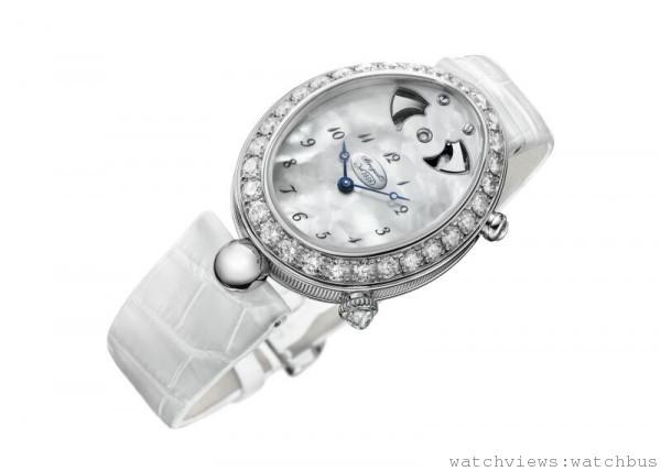 """Breguet Reine de Naples 8978 Automatic Strike,REF. 8978BB/58/974 D00D,18K白金蛋形錶殼,38.45 x 30.40毫米,錶框鑲有30顆鑽石,重約2.93克拉,天然珍珠母貝面盤,備有獨立編號及寶璣簽名。6時位為偏心數字分圈。 針尖鏤空寶璣藍鋼指針 。1 顆鑽石位於12點時位視窗,指示報時功能設定。兩個視窗分別位於11時位和1時位可清晰看見報時音錘。藍寶石水晶底蓋,防水30米,Cal.78SO自動上鍊機芯,帶有 """"白鴿""""手工鐫刻圖案, 65小時動力儲備 (未設定報時),50小時動力儲備(設定報時),鱷魚皮錶帶,定價NTD 4,955,000。"""
