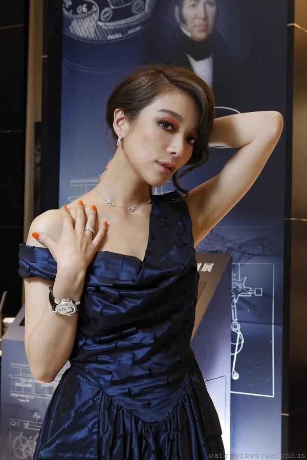 蔡淑臻配戴萬寶龍Nicolas Rieussec系列Rising Hours白色珍珠母貝白金鑲鑽計時腕錶限量款,售價1,760,000元。