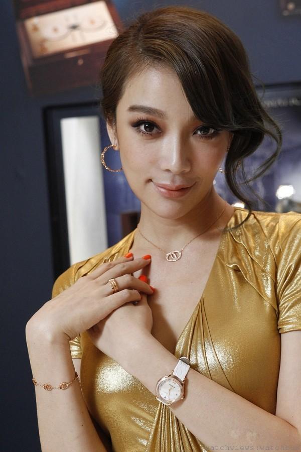 蔡淑臻配戴萬寶龍摩納哥葛莉絲王妃系列玫瑰金鑲鑽自動腕錶,售價475,300元。