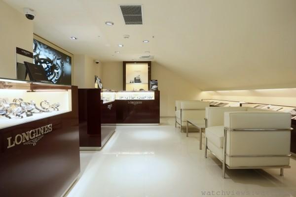 全店以米白色為主色調,搭配酒紅色的鋼琴烤漆櫻桃木錶櫃,呼應品牌一貫的優雅、質感形象。