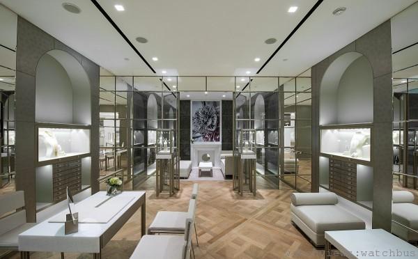 Boucheron 101專賣店的鏡面牆壁和拱形壁櫃的設計,靈感源自凡爾賽皇宮的鏡廳