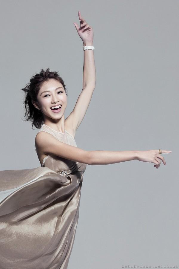年僅19歲的香港新人顏卓靈,配戴伯爵Piaget Rose神秘腕錶、鏤空玫瑰耳環以及經典Possession指環閃耀迷人。
