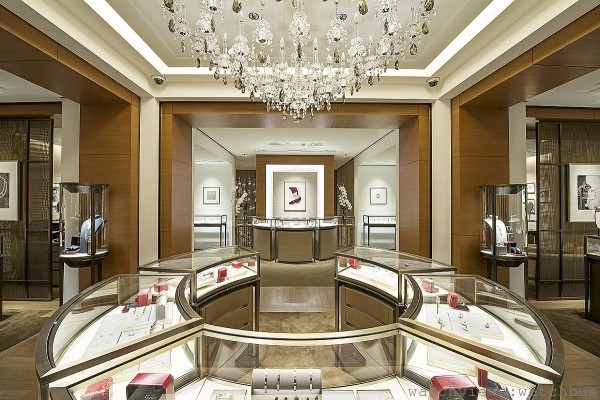 卡地亞台北101專賣店3樓,陳列珠寶、訂製婚戒沙龍與頂級珠寶沙龍,米色色調與水晶吊燈相輝映,展現純正的法式優雅。