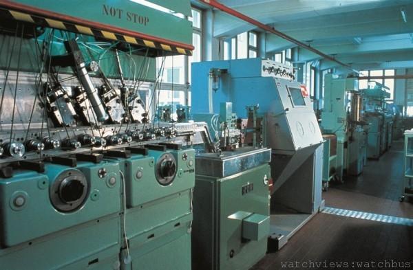 Oris 不斷開發機器,以製造內部機芯。圖中這臺的自動生產機器大大提高了機芯片生產的效率。(1970年攝)
