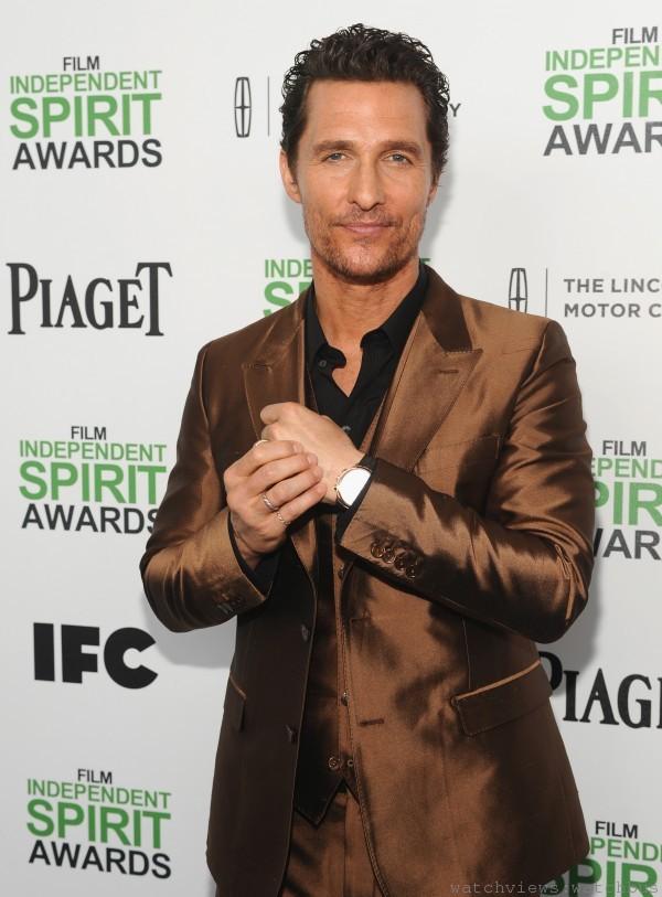 以《藥命俱樂部》(Dallas Buyers Club) 贏得獨立精神電影最佳男主角的Matthew McConnaughey 佩戴伯爵Gouverneur玫瑰金腕錶及Emperador Coussin 玫瑰金及黑瑪瑙袖口鈕。