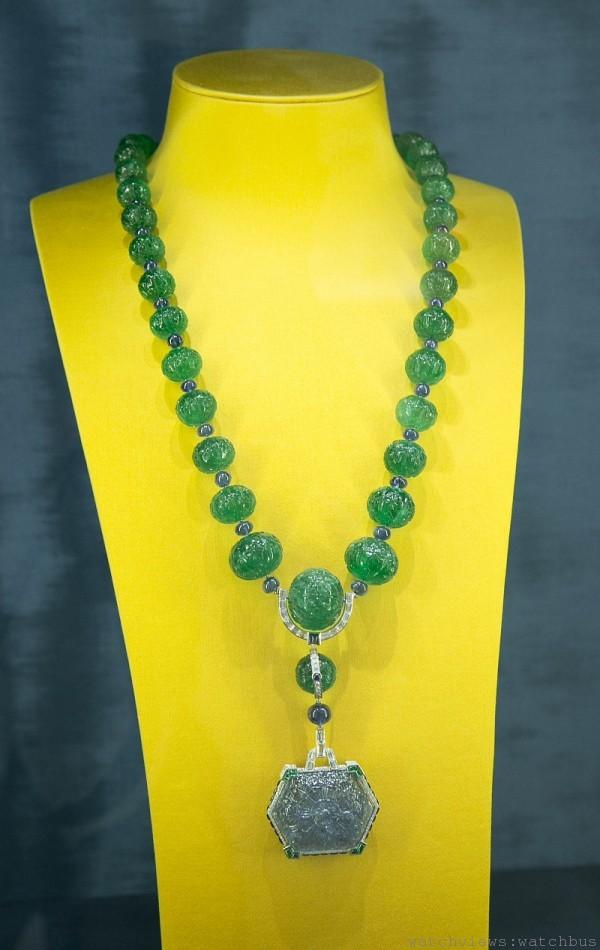 卡地亞頂級珠寶系列祖母綠項鍊,鉑金鑲嵌祖母綠(55顆總重約 845.020克拉)、鑽石與藍寶石(63顆總重約274.920克拉)。參考價格約$ 166,000,000