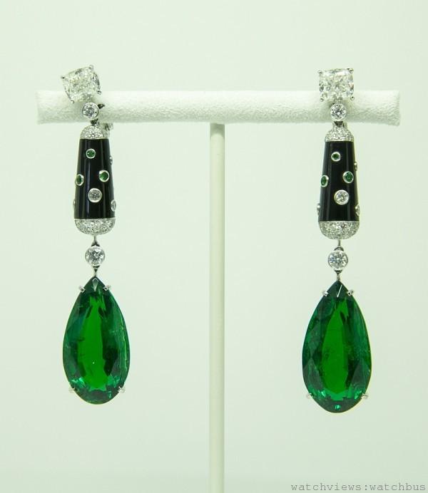 卡地亞頂級珠寶系列祖母綠耳環,鉑金鑲嵌祖母綠、黑色縞瑪瑙與鑽石。其中包括兩顆各約20.89克拉與22.09克拉祖母綠。參考價格約$ 218,000,000