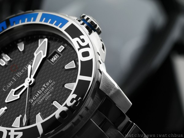 柏拉維 ScubaTec腕錶的錶盤尺寸寬裕,三針佈局方便閱讀時間;指針及刻度經夜光(Super-LumiNova)塗層處理,在黑暗環境中會綻放鮮豔藍光