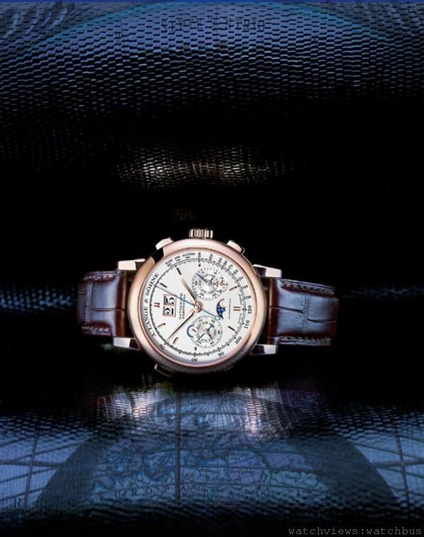 DATOGRAPH PERPETUAL巧妙融合飛返計時碼錶和萬年曆。背景圖案是安德烈亞斯•塞拉里烏斯繪製的托勒密系統,與記錄當下與恆久時間的各項腕錶複雜裝置相互映襯。