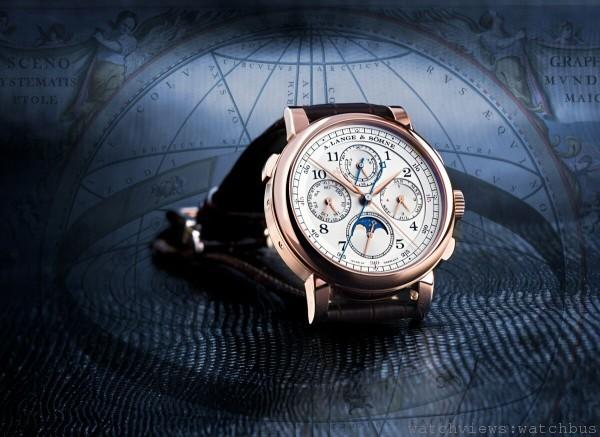 1815 RATTRAPANTE PERPETUAL CALENDAR結合技術出眾的追針秒錶與精確恆久的萬年曆。背景是托勒密的地心系統。此理論推測地球是宇宙的不變中心,直到16世紀才被哥白尼革命所推翻。