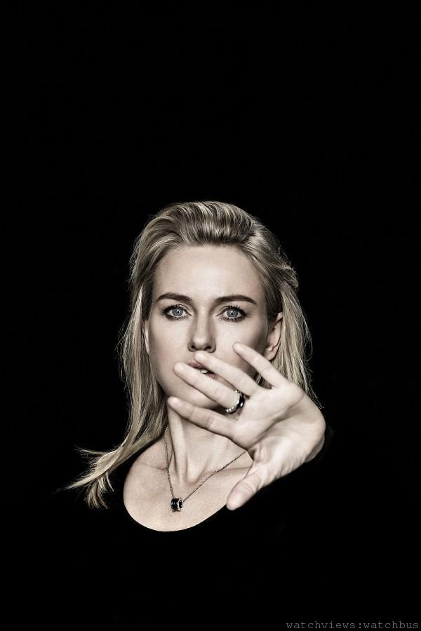 巨星 娜歐蜜‧華茲 Naomi Watts 配戴寶格麗「Save the Children」銀質黑陶瓷項鍊與戒指