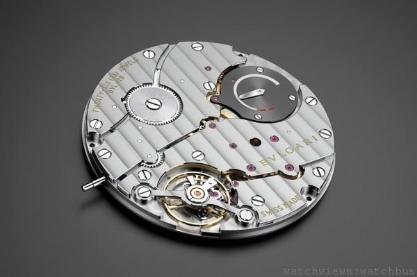 •Finissimo 機芯,寶格麗自製極薄手動上鍊機芯;厚度 2.23mm、直徑 36.60mm,寶石數26 顆,時、分指示、7:30 位置的偏心小秒針;顯示於錶背的動力儲存狀態,頻率 28,800 vph (4 Hz),約 70 小動力儲存,環型打磨主夾板、垂直日內瓦波紋。