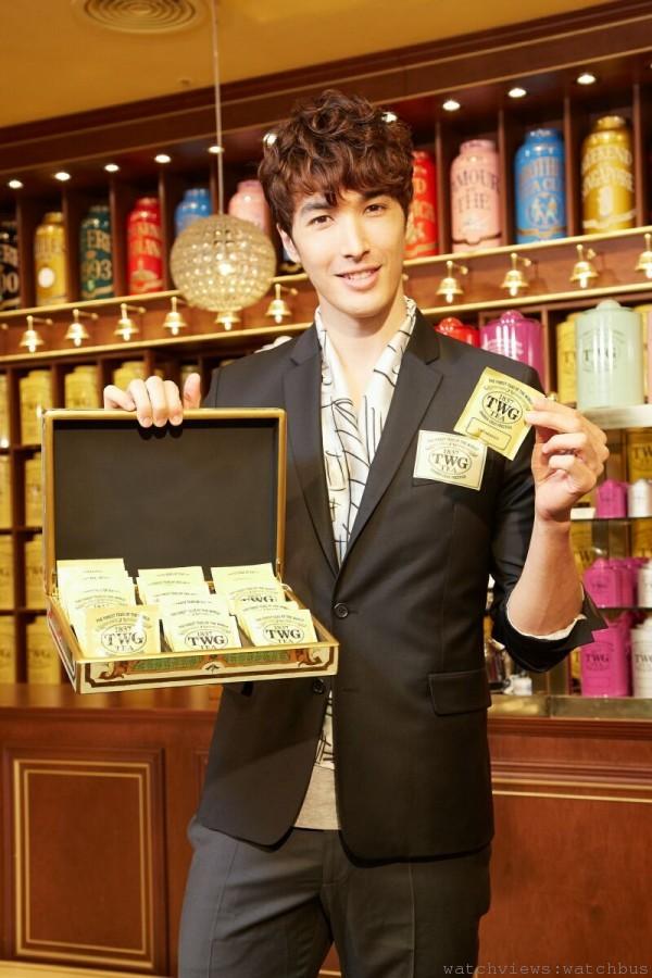 錦榮擔任台灣首間TWG Tea沙龍與精品店一日店長,手持TWG Tea宮殿時尚茶盒,探索TWG Tea的頂級茗茶世界,
