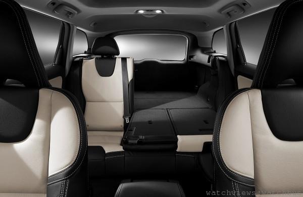 Volvo XC60 擁有寬敞舒適的車室空間,擁有 490 公升的行李廂容量且透過後座椅背傾倒功能可一舉擴大達 1450 公升。