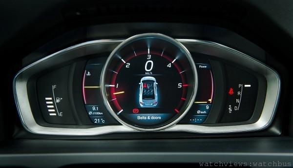 Volvo XC60 採用具備三種模式變換的 8 吋主動式 TFT 液晶顯示幕,駕駛自行變換選取個人喜愛風格和數據資料。