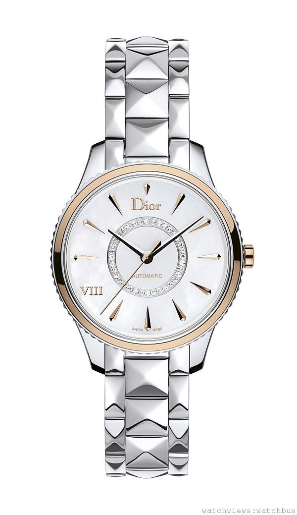 DIOR VIII MONTAIGNE 精鋼腕錶,拋光精鋼錶殼,精鋼錶圈飾有玫瑰金環,直徑36毫米,白色珍珠母貝面盤,鍍玫瑰金「Dior」、「VIII」,鑽石形小時刻度,自動上鍊機芯,拋光精鋼金字塔鍊帶,折疊式錶釦,建議售價 NTD309,500。