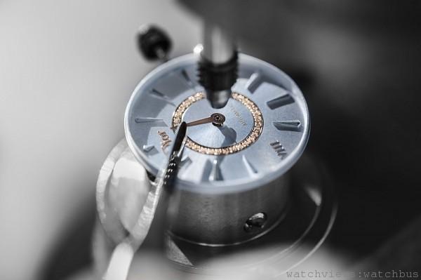Dior VIII Monataigne備有珍珠母貝面盤,鍍玫瑰金「Dior」、「VIII」,鑽石形小時刻度。