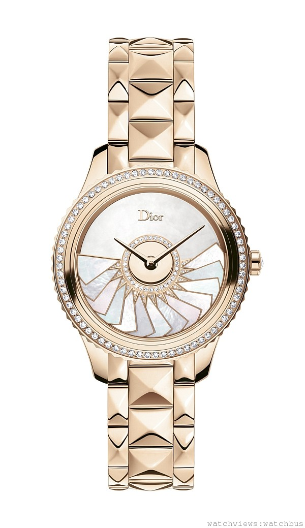 DIOR VIII GRAND BAL PLISSÉ SOLEIL玫瑰金腕錶,拋光玫瑰金錶殼,鑲鑽錶圈飾有玫瑰金環,錶徑36毫米,白色珍珠母貝面盤,Dior Inversé 11 ½ Calibre自動上鍊機芯,玫瑰金自動盤倒置於錶盤,拋光玫瑰金金字塔鍊帶搭配折疊式錶釦,限量88只,NTD2,280,000。