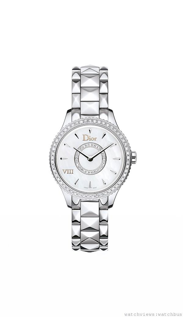 DIOR VIII MONTAIGNE 精鋼腕錶,拋光精鋼錶殼,精鋼錶圈飾有珍珠母貝環,直徑25毫米,白色珍珠母貝面盤,鍍玫瑰金「Dior」、「VIII」,鑽石形小時刻度,石英機芯,拋光精鋼金字塔鍊帶,折疊式錶釦,建議售價NTD144,000。