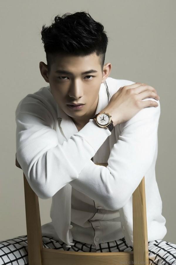 凱渥名模演繹TISSOT Carson卡森系列自動計時腕錶,C01.211自動計時機芯,玫瑰金PVD精鋼錶殼,錶徑42.3mm,皮革錶帶,防水30米,藍寶石水晶玻璃錶面,售價:NT$ 26,400