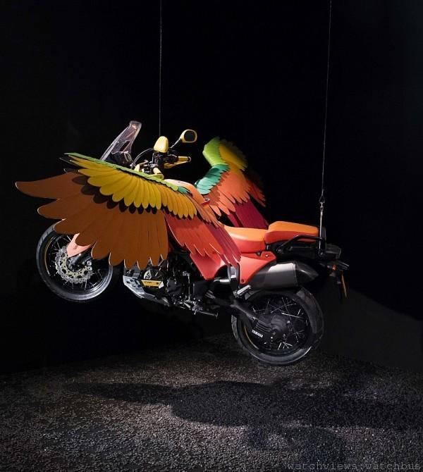 彩色羽翼的重型飛行摩托車