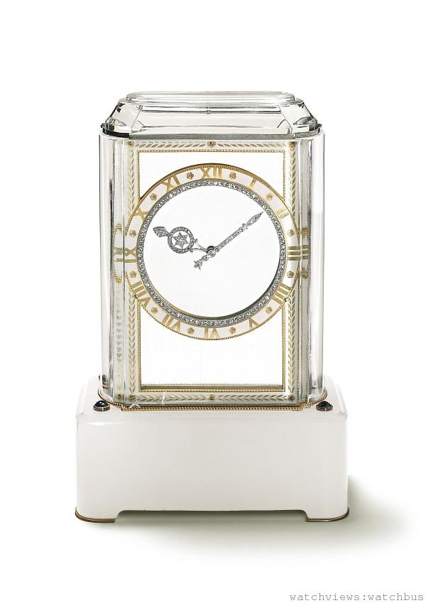 「Model A」神秘鐘,1914年,卡地亞巴黎,鉑金,黃K金,水晶,白瑪瑙,藍寶石,玫瑰式切割鑽石,琺瑯;8天動力儲存矩形機芯,鍍金,13個寶石軸承,瑞士槓桿式擒縱結構,雙金屬擺輪,寶璣擺輪游絲。通過設於底座下的上鏈匙調校時間和上鏈。