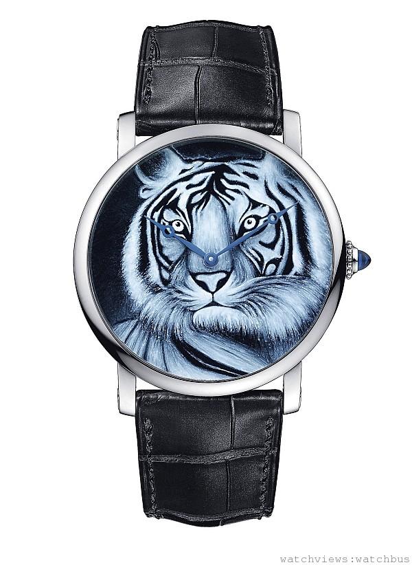 Rotonde de Cartier單色琺瑯老虎裝飾腕錶,42mm,18K白金錶殼。錶盤:18K白金,單色琺瑯微繪老虎裝飾。錶冠:18K白金圓珠形錶冠,鑲嵌一顆凸圓形藍寶石;皮錶帶搭配18K白金折疊錶扣。防水深度30米;卡地亞9601 MC型手動上鏈機械機芯。編號並限量發售20枚。