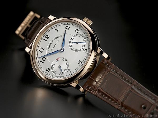 新舊版1815 Up/Down 的外觀差異並不大,錶盤上最明顯的改動就是8 點位置的動儲指示,除以紅色妝點滿鍊刻度外,動力儲存也從48 小時大幅提高到72 小時。