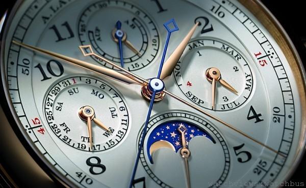 錶盤運用非常緊湊而分明的配置設計,巧妙以長短指針、配色與區分內外刻度,將每一項時間指示都恰如其分地展示在錶盤上,佩戴者不僅不易混淆,美感的掌握更是一絕。