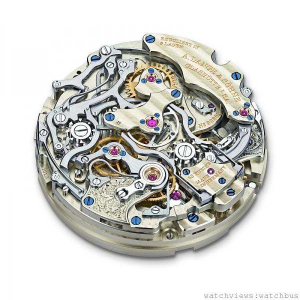 1815 Rattrapante Perpetual Calendar萬年曆雙追針計時碼錶搭載的L101.1手上鍊機芯,零件數高達636 枚。其中最精采的莫過於控制計時與雙追針功能的雙導柱輪機制,啟停間精密而繁複的連動,讓人一方面眼花撩亂、一方面也驚嘆於朗格製錶工藝的神奇魔力。