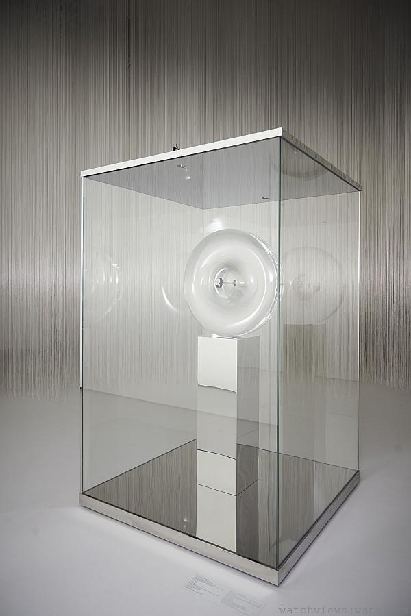 卡地亞ID TWO概念錶,陳列於吉岡德仁特別設計的展櫃之中