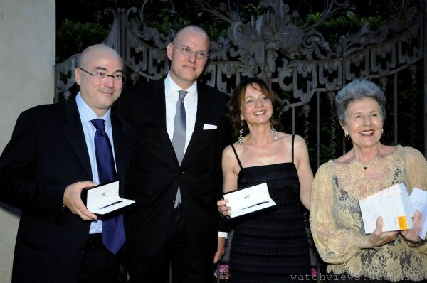 萬寶龍全球行銷執行副總裁Jens Henning Koch(左二)頒發萬寶龍Meisterst_ck大師傑作90週年紀念系列鋼筆獎品予年度Cotisso大獎得獎人(左一)Aldo Cazzullo、(右二)Marina Cavazzana與Franca Coin
