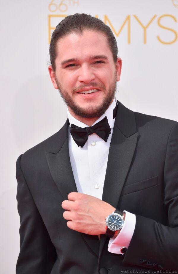 因演出熱門影集《冰與火之歌:權力遊戲》以及電影《龐貝》而嶄露頭角的男演員基特‧哈靈頓(Kit Harington) ,出席本屆艾美獎配戴寶格麗經典系列BVLGARI BVLGARI腕錶,售價新台幣 200,000元。