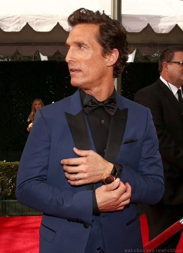 2014年奧斯卡最佳男主角獎得主 馬修‧麥康納(Matthew McConaughey) 出席本屆艾美獎,配戴寶格麗經典系列BVLGARI BVLGARI腕錶,售價新台幣 546,000元。