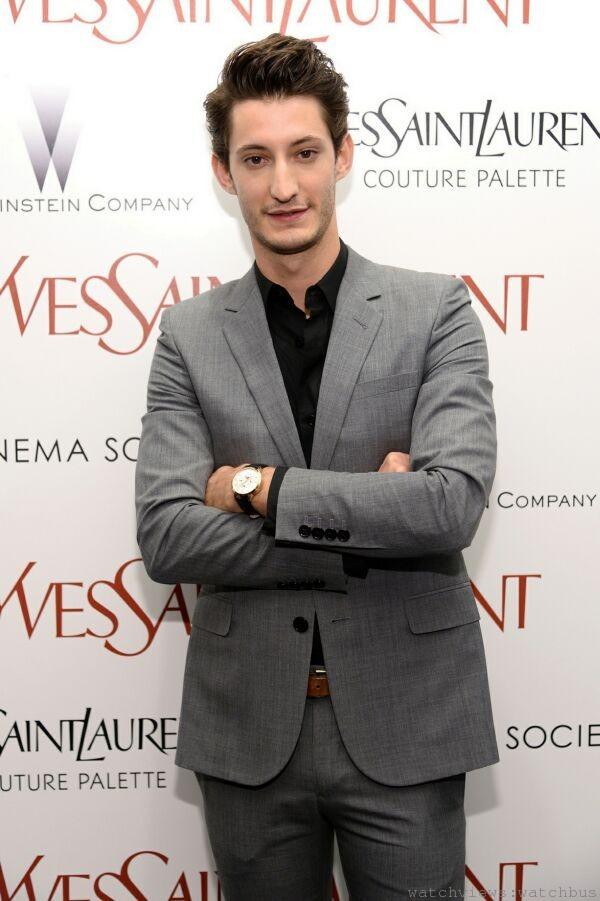 法國當紅小生皮耶尼內(Pierre Niney)佩戴萬寶龍Meisterst_ck Heritage大師傑作傳承系列萬年曆腕錶,出席電影「時尚大師聖羅蘭」 紐約首映。