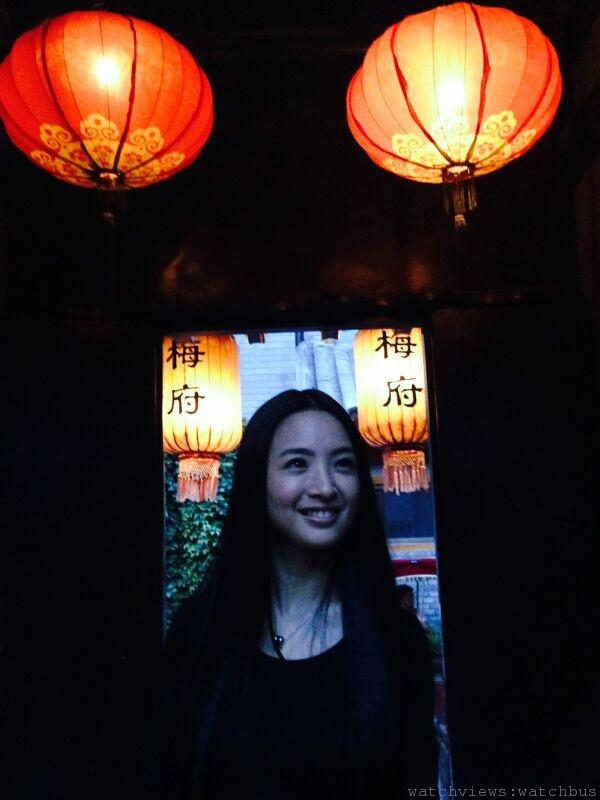 林依晨特地撥冗前往北京,以一身素雅搭配寶格麗「Save the Children」銀質黑陶瓷項鍊