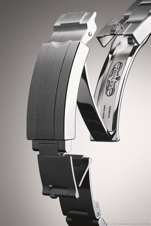 Sea-Dweller 4000的蠔式錶帶配備可防止帶扣意外開啟的蠔式保險扣,以及雙重伸展系統,即使身穿厚達7 毫米的潛水衣,仍然佩戴舒適。