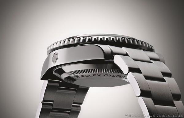 Sea-Dweller 4000的獨具特色的中層錶殼以具有極強抗腐蝕性能的原塊實心904L鋼製成。三角坑紋底蓋由勞力士錶匠以品牌專屬的特殊工具旋緊,使錶殼完全密封。