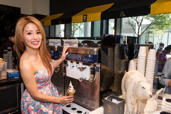 「8%ice x smart聯名快閃冰淇淋店」開幕當天,找來宅男女神瑤瑤擔任一日店長。