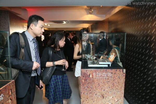 在場賓客在展覽區細心欣賞I.N.O.X.。