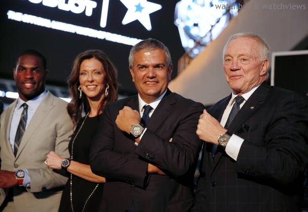 (右起)達拉斯牛仔隊老闆兼總經理Jerry Jones、HUBLOT宇舶錶執行長Ricardo Guadalupe、達拉斯牛仔隊執行副總裁兼品牌總監Charlotte Jones Anderson共同戴上達拉斯牛仔隊限量腕錶