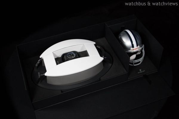 HUBLOT達拉斯牛仔隊限量腕錶都將由特別的盒子包裝,設計靈感源於奢華的牛仔隊主場AT&T體育場,每個盒子內還有為忠實球迷所準備的一個簽名迷你頭盔。