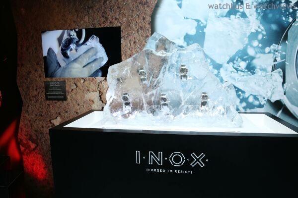 為凸顯I.N.O.X.能抵禦極度低溫,品牌巧盡心思設計了這座冰山雕塑。